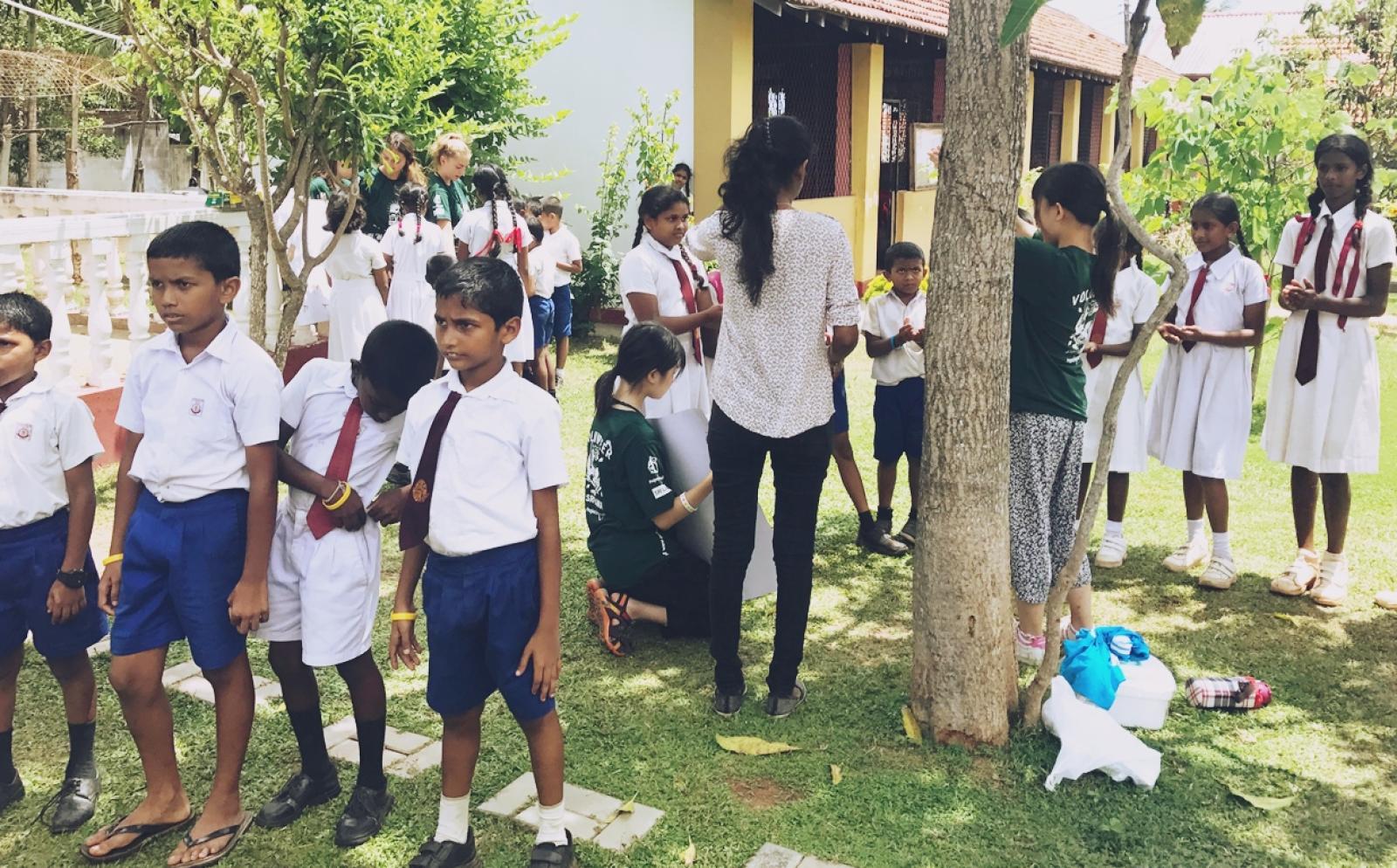 スリランカの学校で保健衛生指導にあたる高校生医療ボランティア那須馨華さん